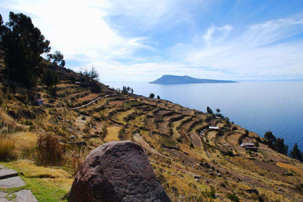 Campi sull'isola di Taquile sul lago Titicaca