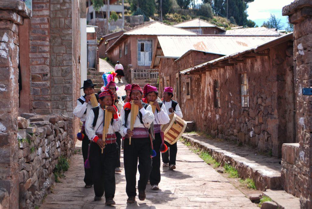 Suonatori sull'isola di Taquile sul lago Titicaca