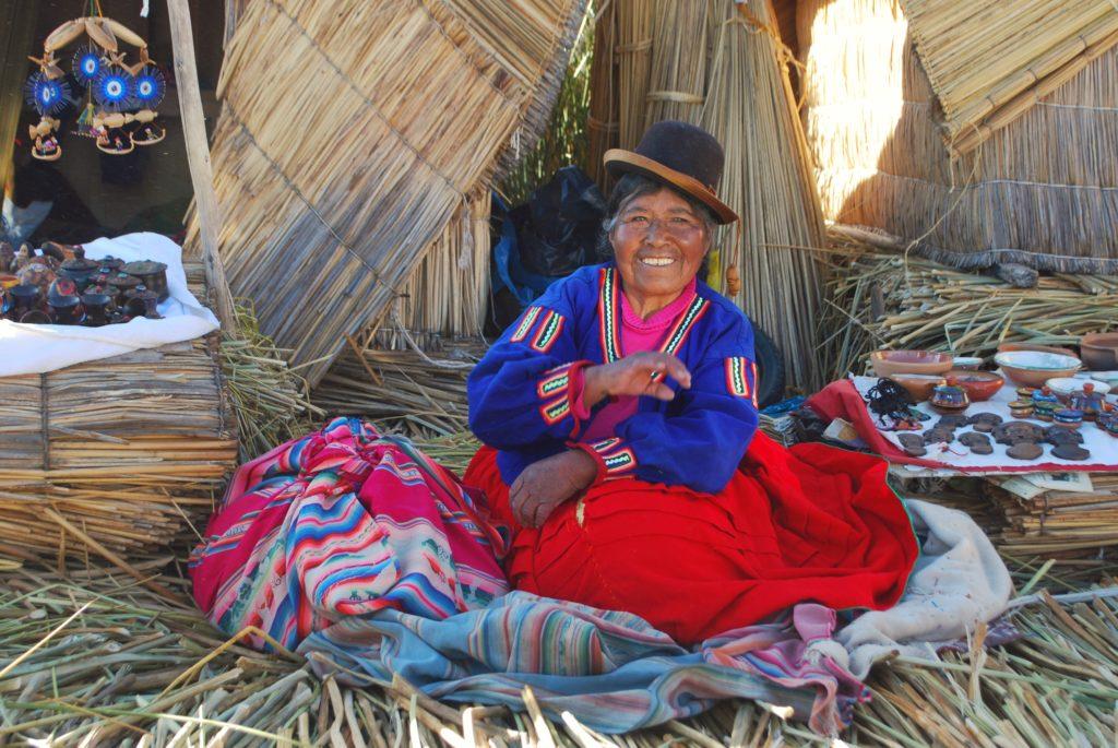 Donne artigiane sulle isole galleggianti del lago Titicaca