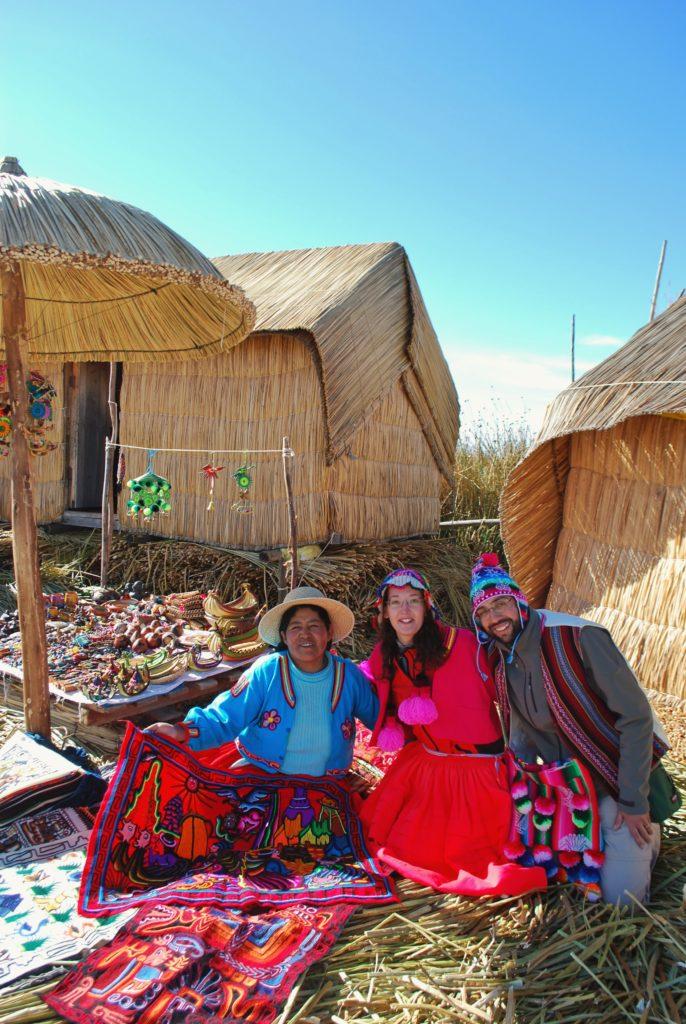 Colorati abiti tradizionali degli Uros sul lago Titicaca