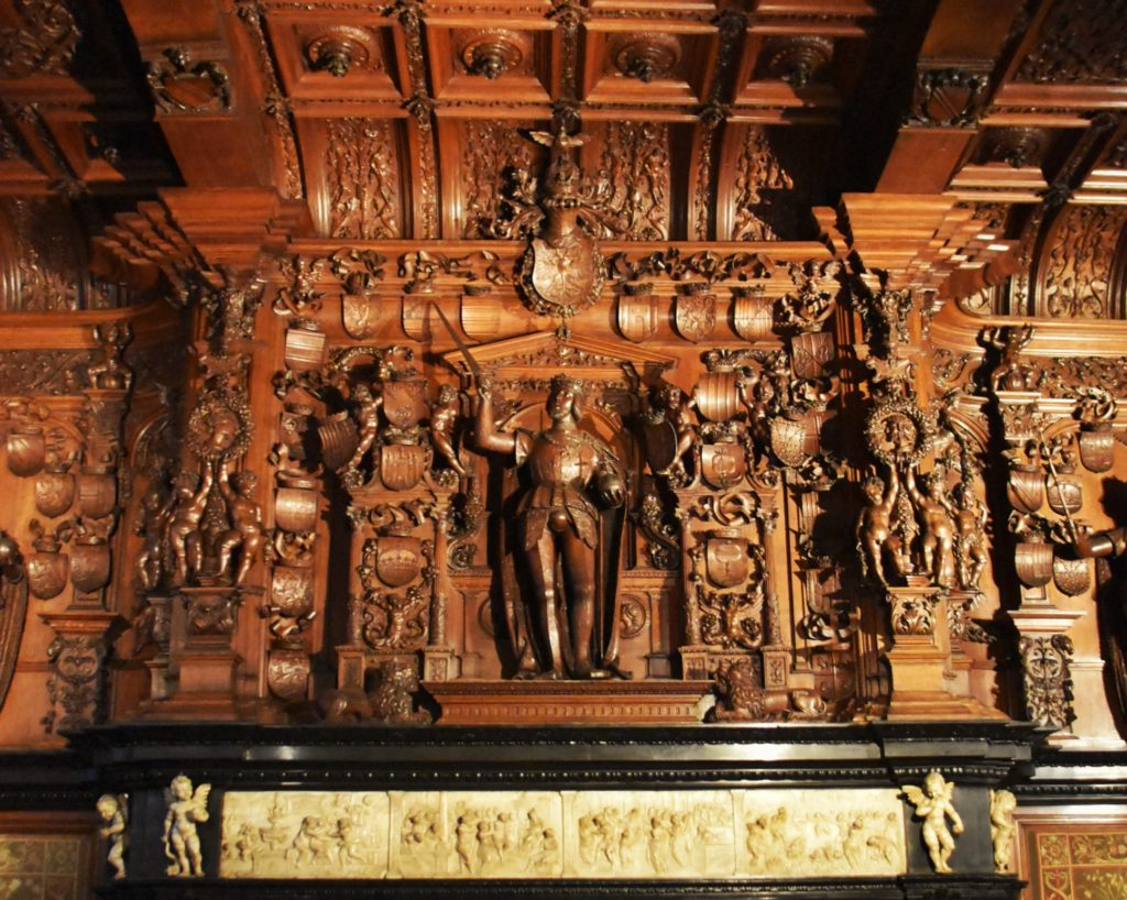 Partciolare decorazione in marmo e legno a Bruges