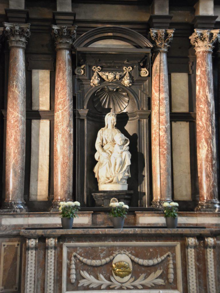 Madonna con il bambino di Michelangelo nella Onze Lieve Vrouwekerk