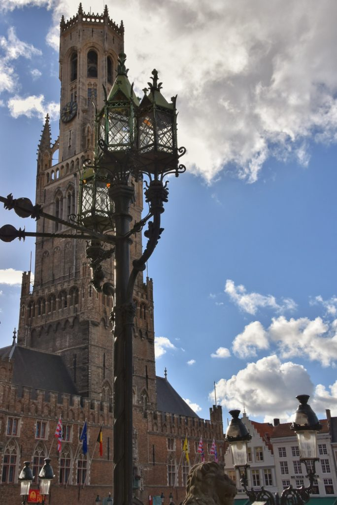 La Belfort di Bruges domina il Markt