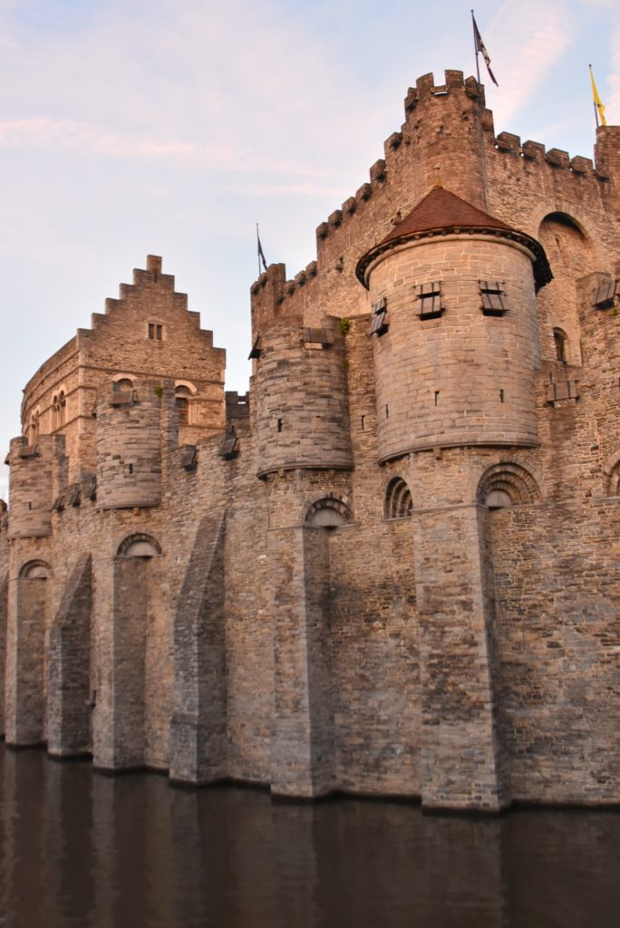 Il castello dei conti di Gent al tramonto