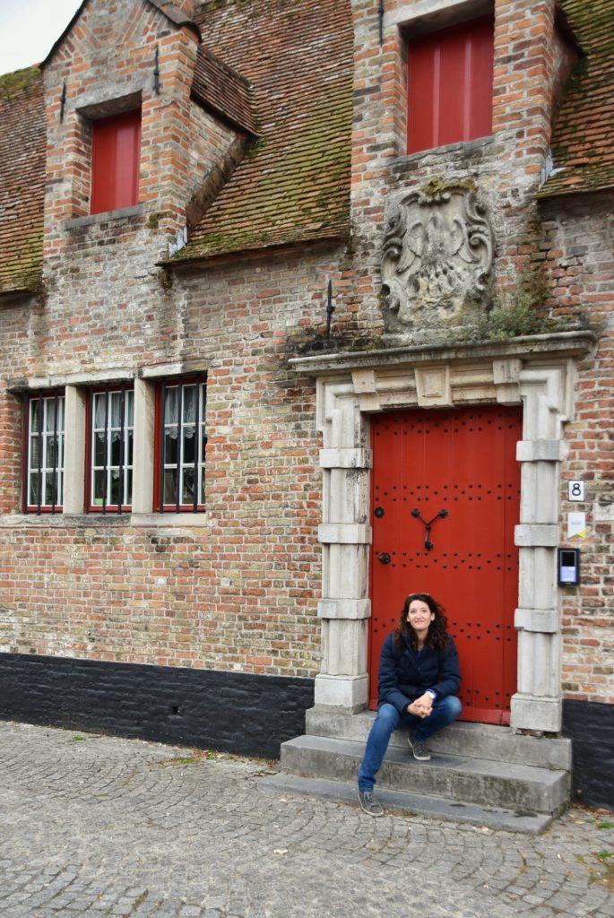 Porte rosse delle casette caratteristiche di Bruges nelle Fiandre