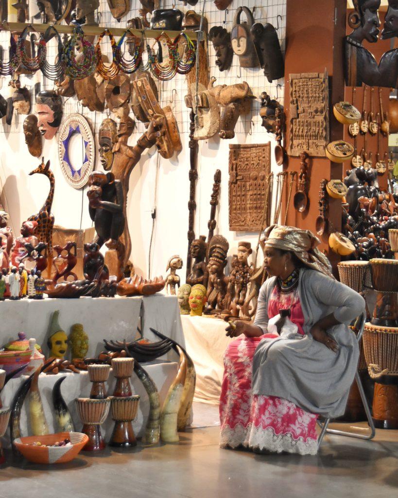 Donna africana in costumi tipici alla fiera dell' artigianato
