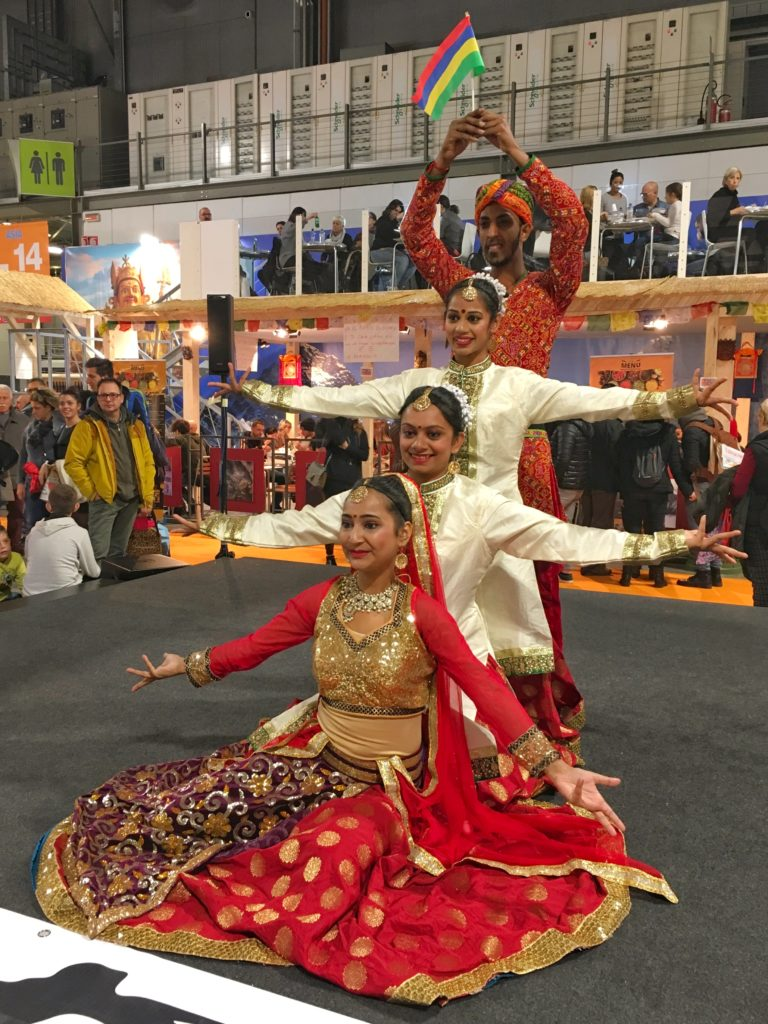Giovani ballerini indiani alla fiera dell'artigianato