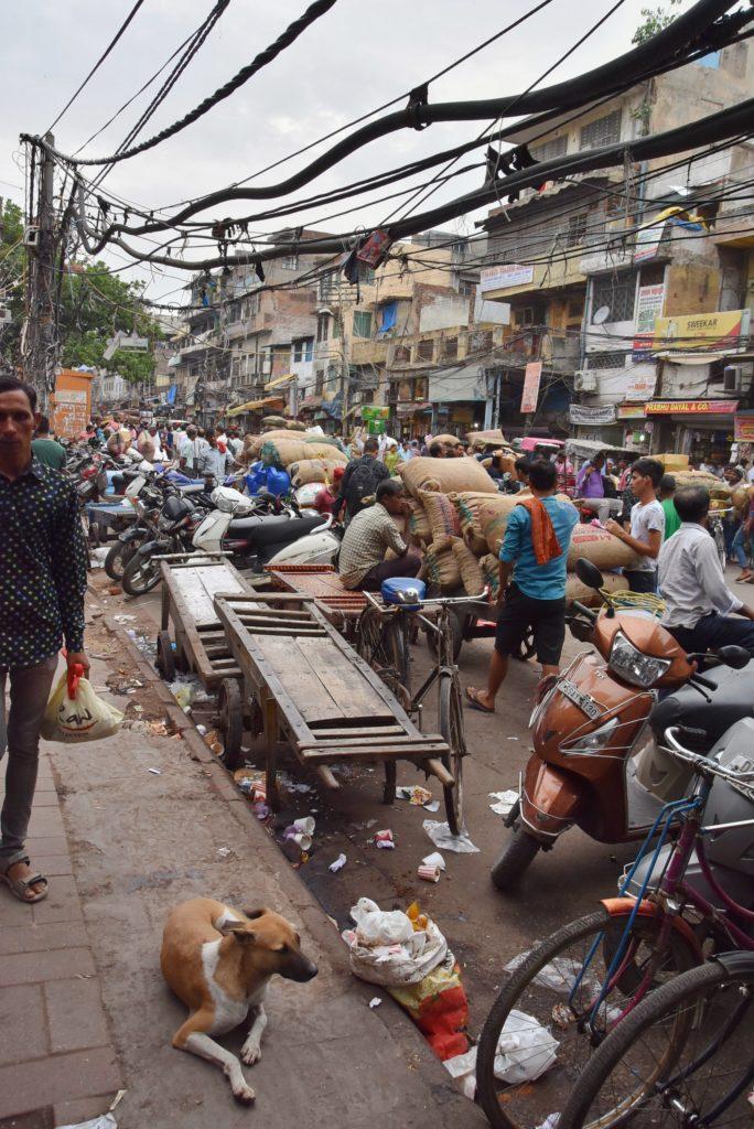 Le strade caotiche, spoche e disordinate di Delhi