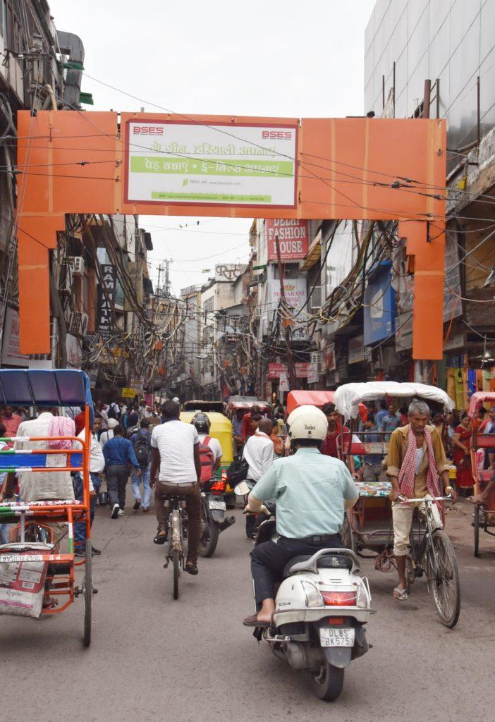 Le strade di Delhi sono invase da macchine, tuktuk e risciò