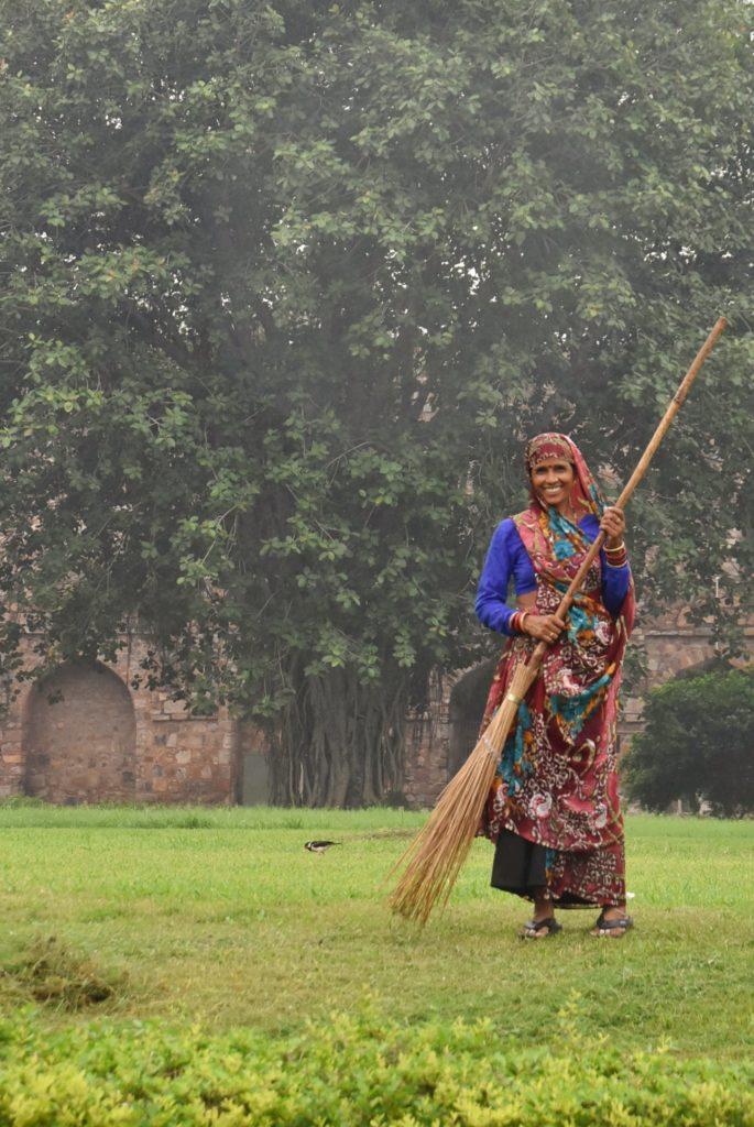 Donna al lavoro nella fortezza Purana Qila
